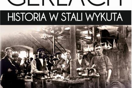"""Plakat promujący wystawę: """"GERLACH. HISTORIA W STALI WYKUTA"""". Na czarno-białym zdjęciu pracownicy fabryki."""
