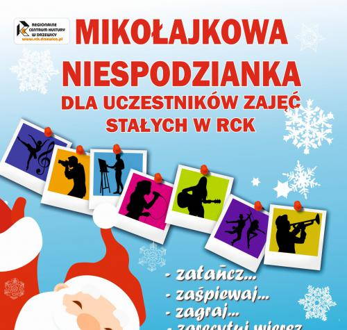 Mikołaj na niebieskim tle rozkładający ręce. W tle plakatu białe śnieżynki i gwiazdki.