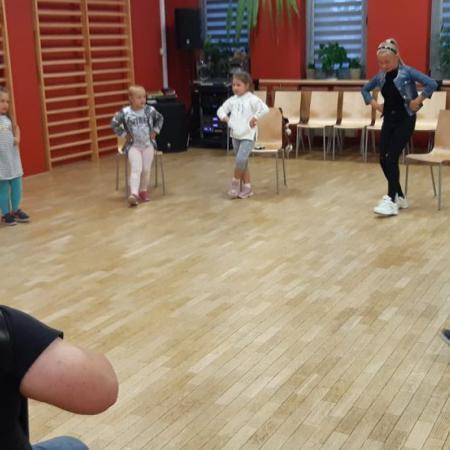 Tanczace Dzieci Oraz Muzycy Grajacy Na Akordeonie